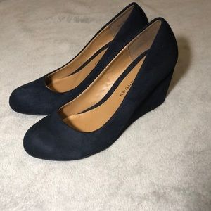 🔥CL by LAUNDRY navy wedges